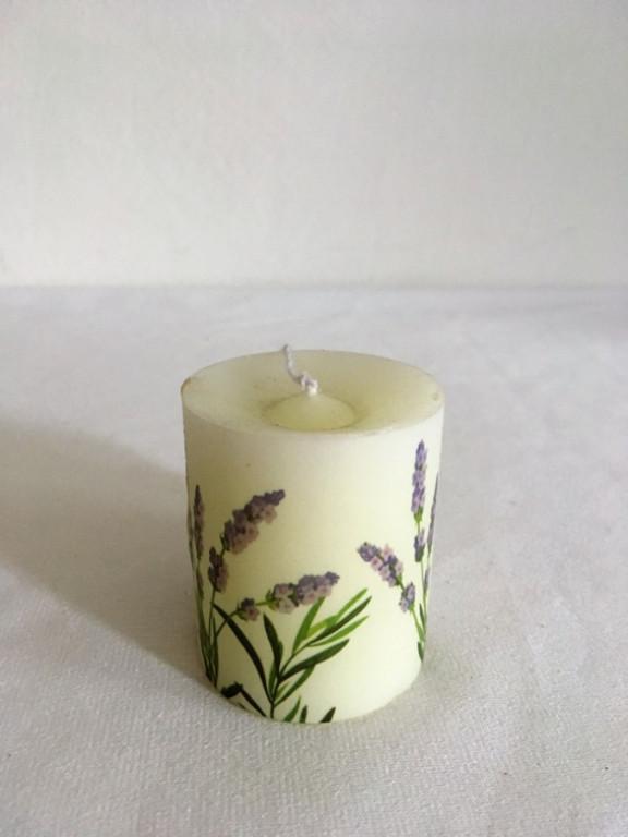 Voňavá bílá svíčka