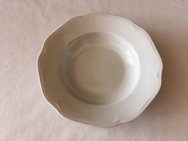 Hluboký talíř jemně zdobený